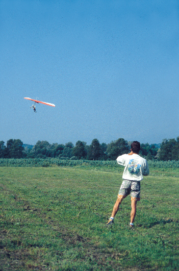 A l'atterrissage, un moniteur guide l'élève en radio